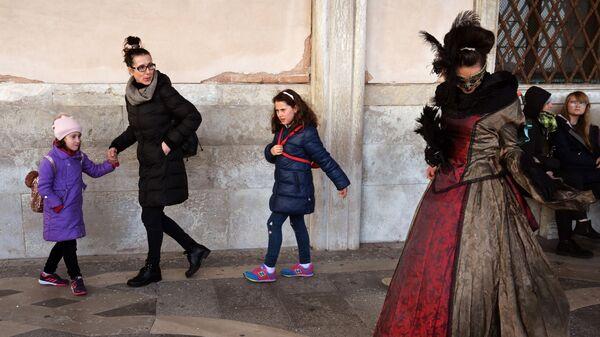 Люди на площади Сан-Марко в день открытия Венецианского карнавала