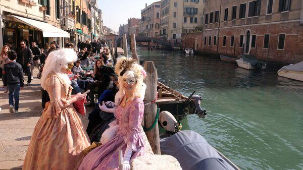 Женщины в карнавальных костюмах в день открытия Венецианского карнавала