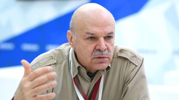 Сыровар Владимир Борев на стенде МИА Россия сегодня на Российском инвестиционном форуме в Сочи