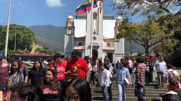 Участники международной бригады Че Гевары на фоне пантеона Симона Боливары в центре Каракаса