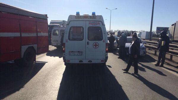 На месте дорожно-транспортного происшествия на федеральной трассе М-4 Дон в Ростовской области, где столкнулись КамАЗ, Hyundai и пассажирский микроавтобус