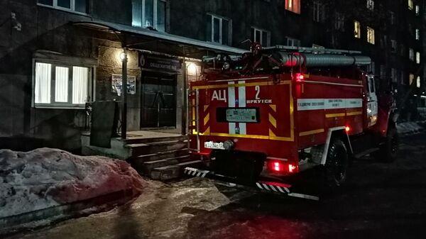 Пожарная машина у здания общежития в Иркутске