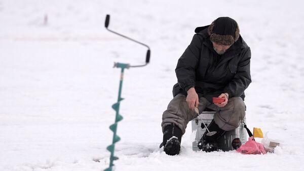 Участник этапа кубка Москвы по подледной рыбалке на мормышку, проходящий на Химкинском водохранилище