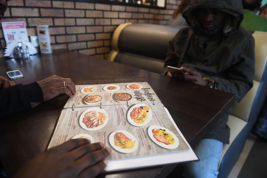 Посетители кафе эфиопской кухни
