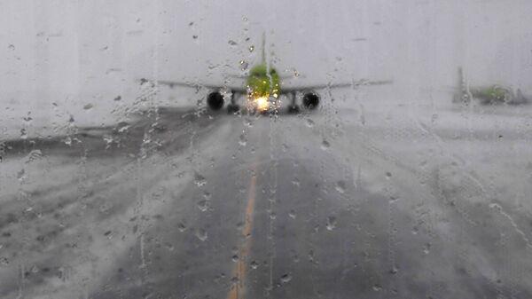 Самолет на взлетной полосе в аэропорту Домодедово