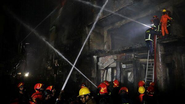 Пожарные на месте пожара в столице Бангладеш Дакке. 21 февраля 2019