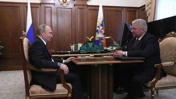 Владимир Путин и председатель Федерации независимых профсоюзов РФ Михаил Шмаков во время встречи. 21 февраля 2019