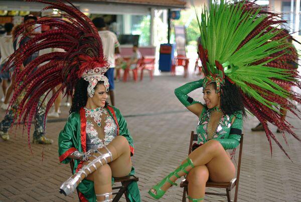 Танцовщицы школы самбы Гранде Рио отдыхают во время репетиции в Рио-де-Жанейро