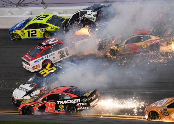 Массовое столкновение автомобилей на трассе знаменитой гонки Дайтона 500 в США