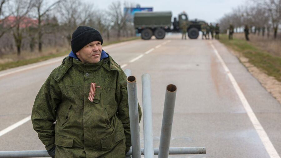Местный житель из отряда самообороны на блокпосте у въезда в аэропорт Бельбек рядом с Севастополем
