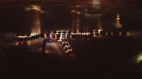 Изображение автомата Калашникова из автомобилей участников флешмоба ко Дню защитника Отечества в Ижевске
