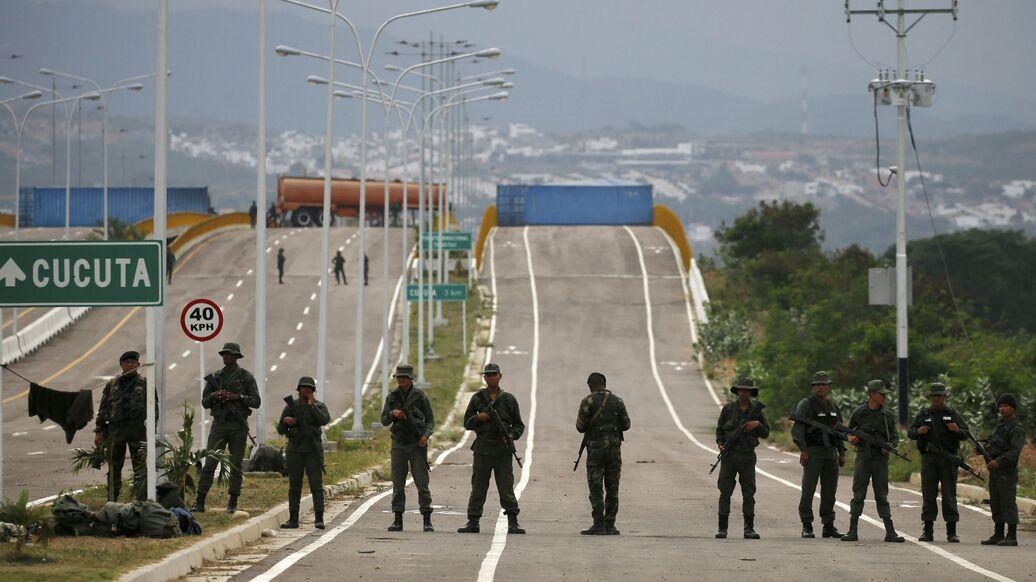 Трое венесуэльских гвардейцев сбежали в Колумбию на бронемашинах
