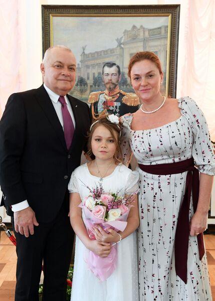 Генеральный директор МИА Россия сегодня Дмитрий Киселев с супругой Марией и дочерью Варварой во время Кадетского бала Во славу Отечества! в Доме Пашкова