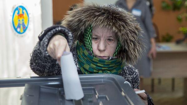 Избирательница голосует на парламентских выборах на избирательном участке в Кишиневе. 24 февраля 2019