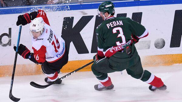 Игрок Ак Барса Андрей Педан (справа) и игрок Авангарда Денис Зернов