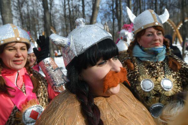Участники фестиваля необычных саней Battle сани