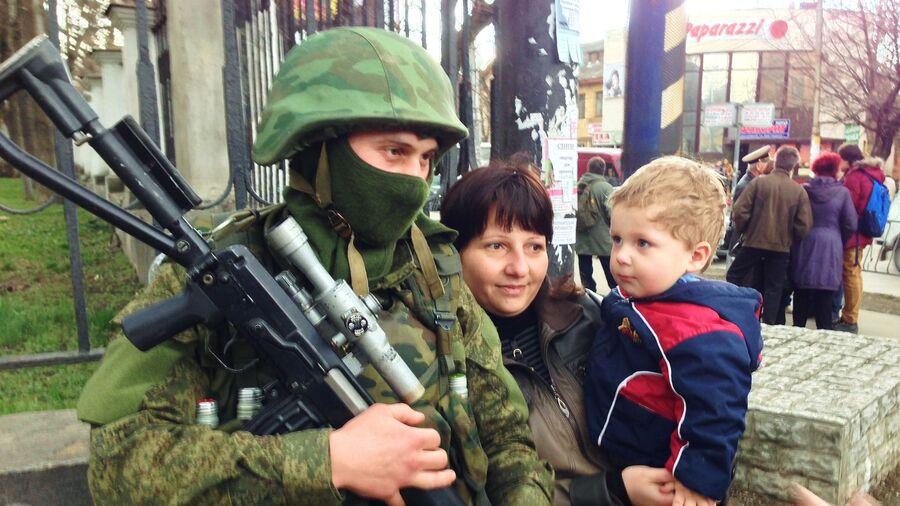 Пророссийские активисты на одной из улиц Крыма
