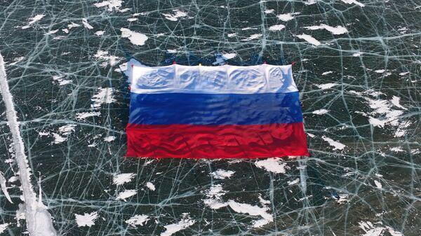 Государственный флаг РФ площадью 1423 квадратных развернули на льду самого большого пресноводного водоема мира — озера Байкал