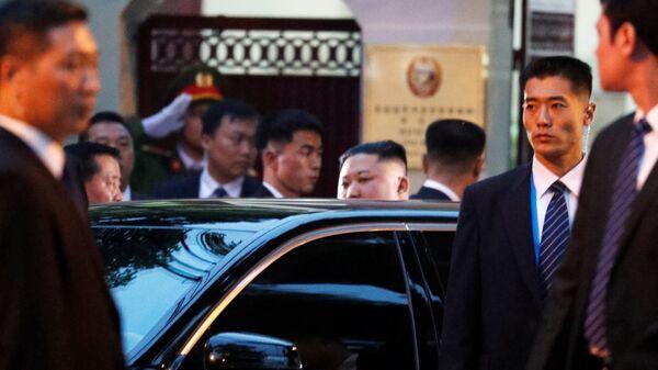 Северокорейский лидер Ким Чен Ын у посольства КНДР в Ханое. 26 февраля 2019