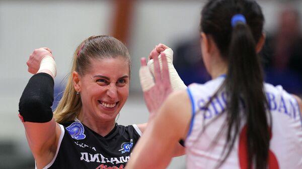 Слева направо: игрокм ЖВК Динамо Дарья Талышева и Яна Щербань