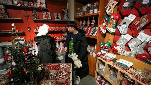Туристы в сувенирном магазине на территории деревни Санта-Клауса в Рованиеми в Финляндии