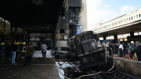 На месте столкновения тепловоза с платформой на вокзале в Каире. 27 февраля 2019