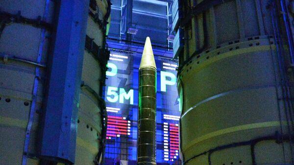 Одноступенчатая баллистическая ракета средней дальности Р-12 наземного базирования в павильоне ракетной техники военной академии Ракетных войск стратегического назначения (РВСН) имени Петра Великого