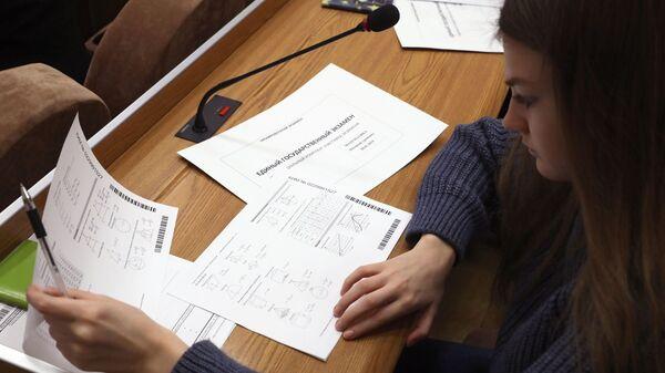 Участница всероссийской акции Единый день сдачи ЕГЭ с родителями во время сдачи экзамена по математике в Москве
