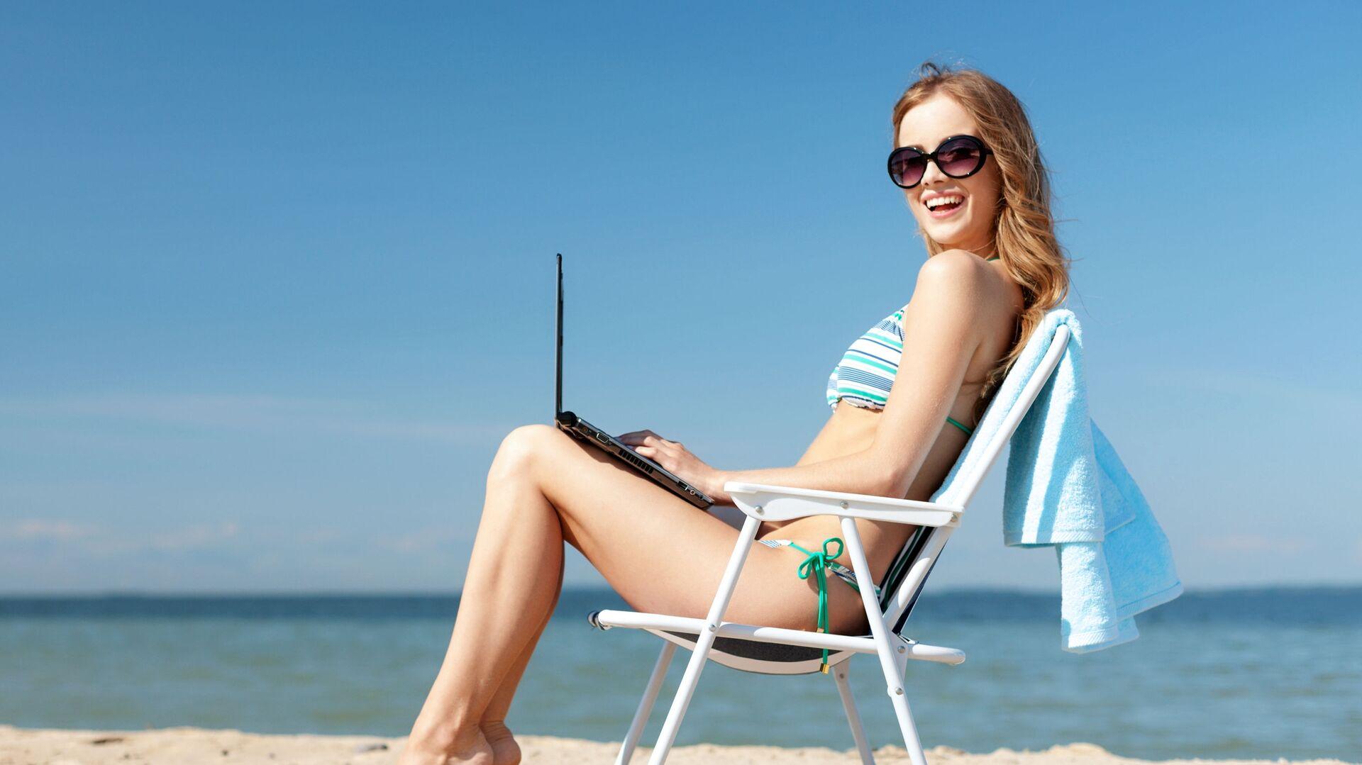 Девушка с ноутбуком на пляже - РИА Новости, 1920, 27.09.2019