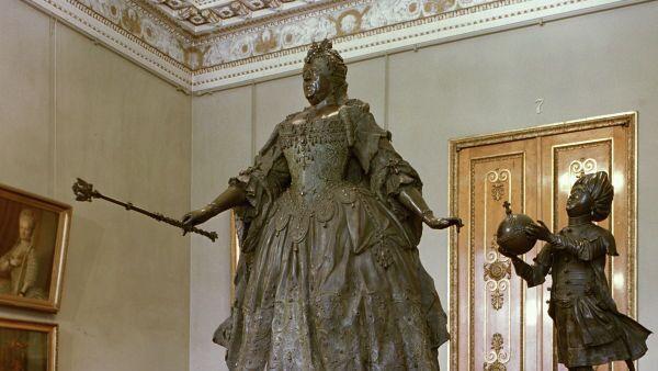 Бронзовая скульптура Бартоломео Растрелли Анна Иоановна с арапчонком из собрания Государственного Русского музея