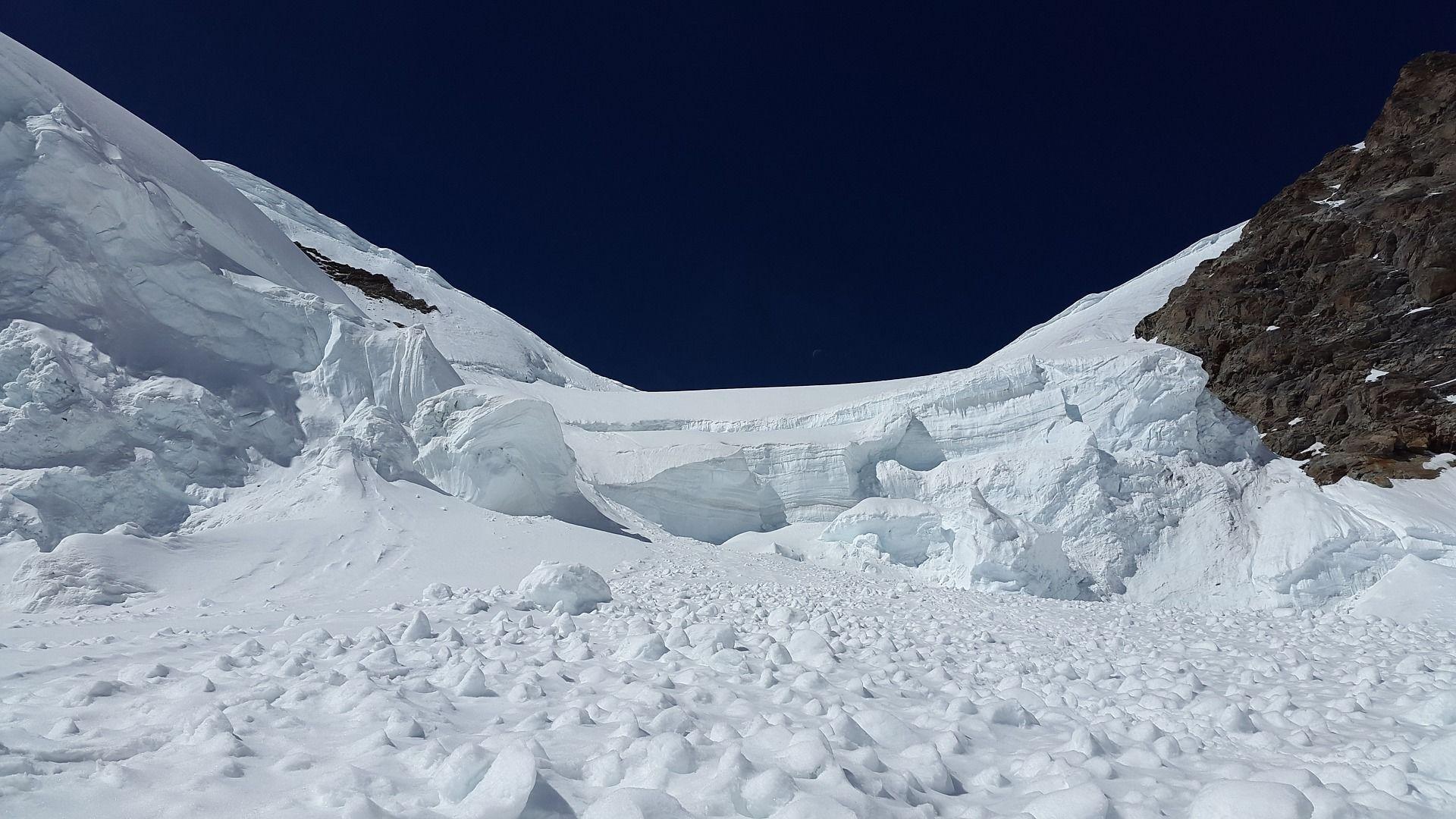 В Бурятии уточнили число попавших под снежную лавину туристов