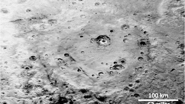 Кратеры на поверхности равнины Вулкан на Хароне