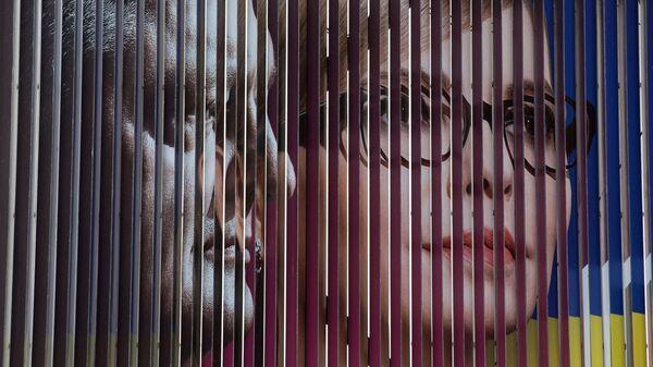 Агитационный плакат кандидатов в президенты Украины Юлии Тимошенко и Петра Порошенко на одной из улиц Киева