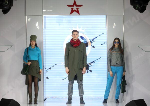 Модели демонстрируют одежду из коллекции Небесный тихоход модельера Светланы Царевой
