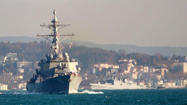 Американский ракетный эскадренный миноносец USS Donald Cook и российский фрегат Адмирал Эссен (на заднем плане) в районе турецкого пролива Босфор. 1 марта 2019