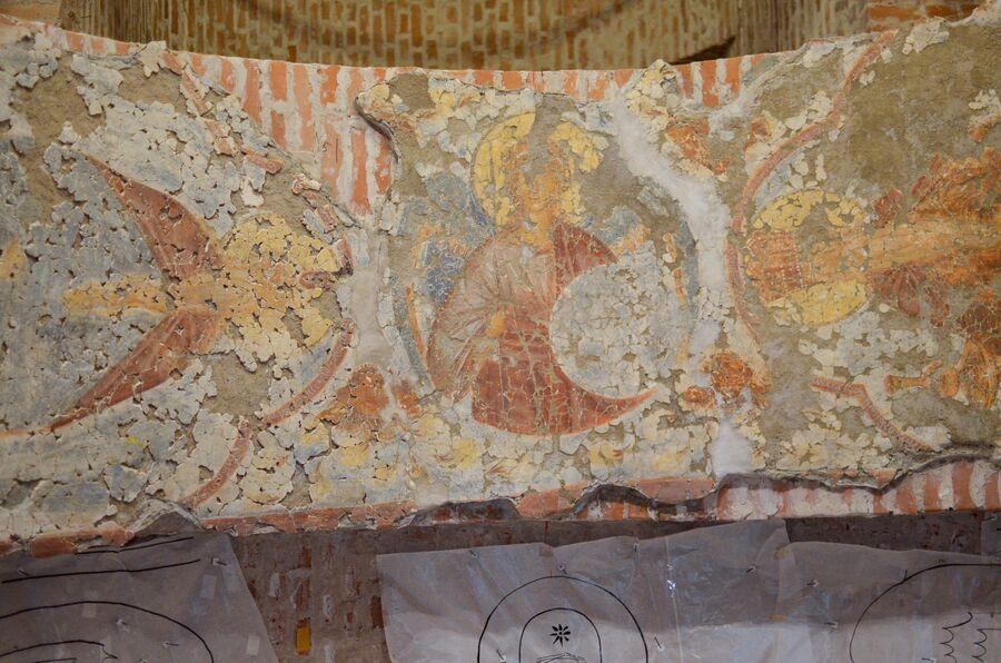 Храм на Волотовом поле. Фрески собирают из фрагментов и устанавливают на стены.