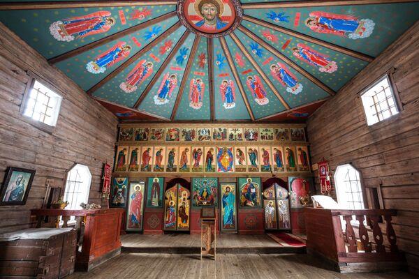 Убранство Ильинской церкви, расположенной на территории мужского монастыря Свято-Ильинская Водлозерская Пустынь на острове Малый Колгостров озера Водлозеро в Карелии