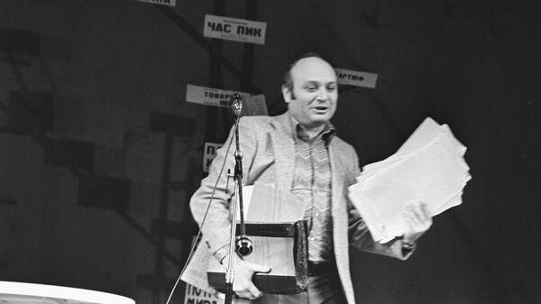 Писатель-сатирик Михаил Жванецкий на сцене Московского театра драмы и комедии на Таганке. 1982 год