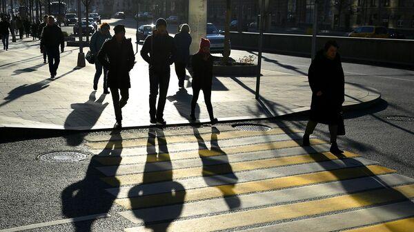 Прохожие на одном из пешеходных переходов в Москве