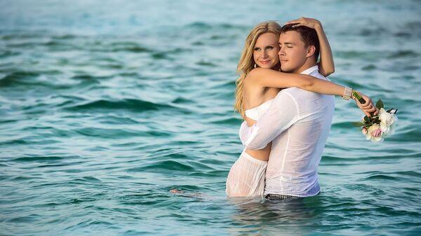 Молодая пара отдыхает на Мальдивских островах