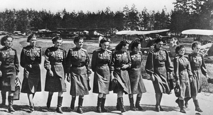 Летчицы 46-го гвардейского ночного бомбардировочного авиаполка