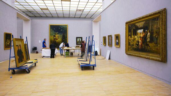Подготовка к открытию выставки Ильи Репина в Третьяковской галерее