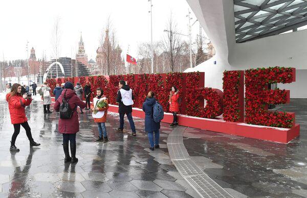 Волонтеры движения Мосволонтер в рамках добровольческой акции Вам, любимые! дарят цветы и поздравляют женщин с Международным женским днем в парке Зарядье в Москве