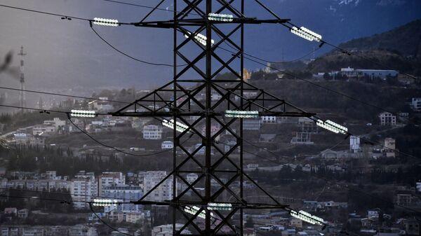 Высоковольтная линия электропередачи возле Ялты в Крыму.