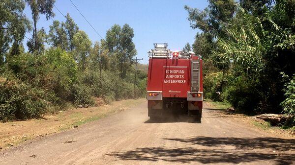 Автомобиль пожарной службы эфиопских аэропортов направляется к месту крушения Рейса ET 302 близ города Дэбрэ-Зэйт к юго-востоку от Аддис-Абебы. 10 марта 2019