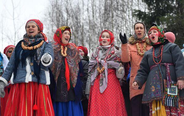 Участники народный гуляний во время празднования Бакшевской Масленицы в Истринском районе Московской области