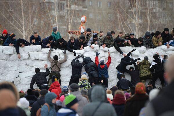 Штурм снежной крепости на праздновании Широкой Масленицы в парке Таганская слобода в Екатеринбурге