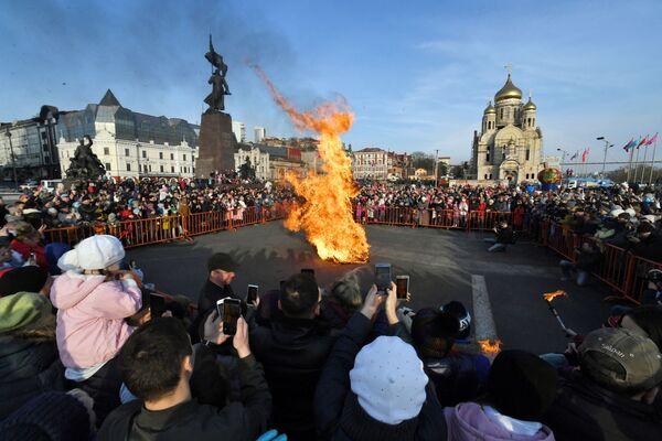 Сжигание чучела во время празднования Широкой Масленицы на центральной площади во Владивостоке