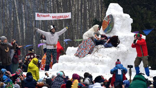 Участники празднования Бакшевской Масленицы в Истринском районе Московской области