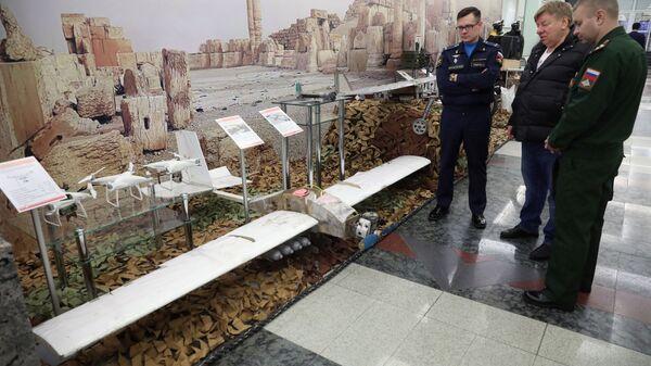 Беспилотные летальные аппараты, захваченные у боевиков в Сирии, на выставке артефактов военной операции в Сирии